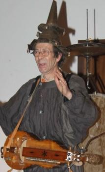 Dario Anghilante con la sua ghironda, antico strumento occitano